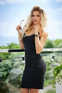 Чёрное платье облегающего силуэта 7958
